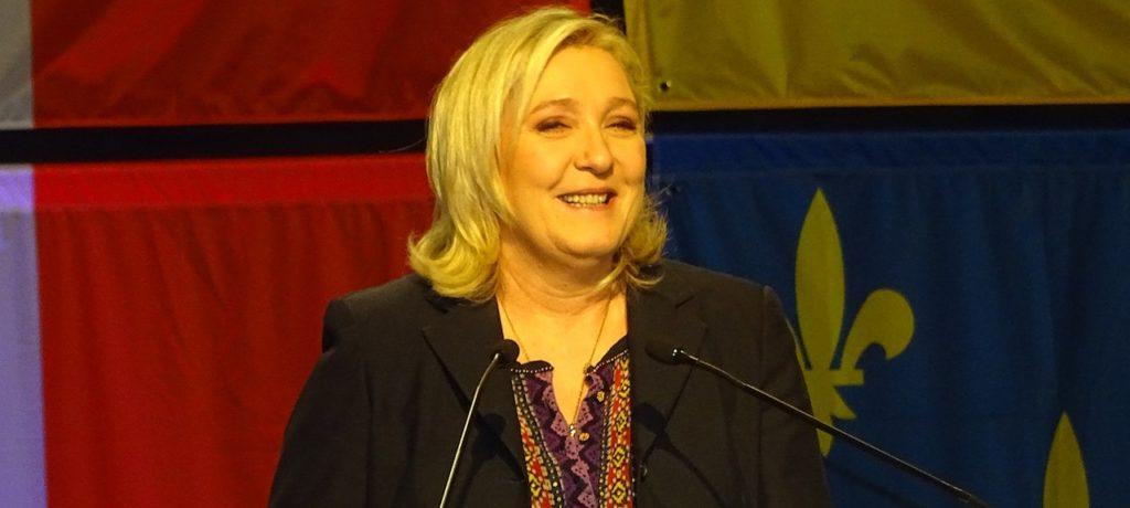 Le Pen fait les yeux doux au système