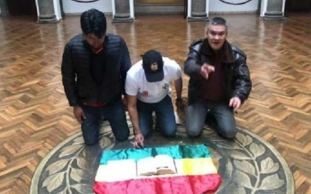 luis fernando camacho pose la bible sur le drapeau national au palais presidentiel